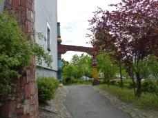 Hundertwasser Schule in Wittenberg Durchgang