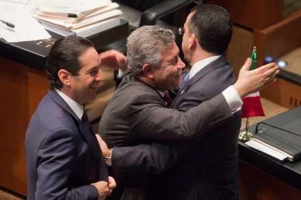 David Penchyna y Javier Lozano felicitándole por reforma energética Foto: Proceso