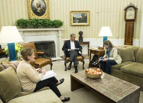 La consejera de Seguridad Interior estadounidense Lisa Monaco (izq) y la secretaria del Departamento de Sanidad, Sylvia Burwell, reunidas con Barack Obama, en la Casa Blanca el 13 de octubre de 2014