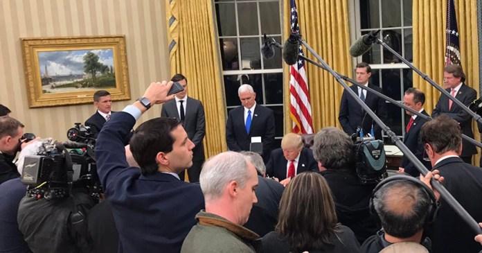 Primera acción de Trump como presidente iniciar revocación de Obamacare