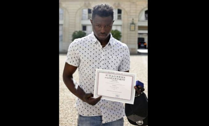 Migrante Africano Que Salvó A Niño De 4 Años Recibe Nacionalidad Francesa Por Su Acto