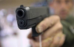intenta asaltarlo y saca arma. 300x190 - Intenta asaltarlo y víctima saca un arma (Video)