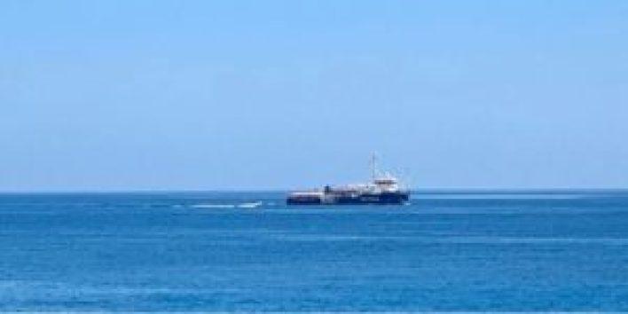 0626 BARCO3 300x150 - Barco con 42 migrantes desafía prohibición de entrar en aguas italianas