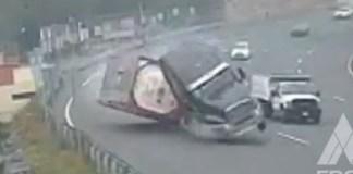 Momento en el que tráiler vuelca en la autopista México-Toluca