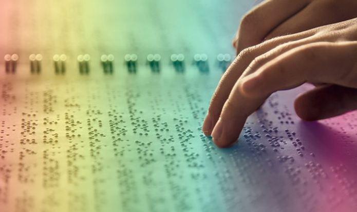 Estudiante de la UNAM crea libro en braille para identificar colores