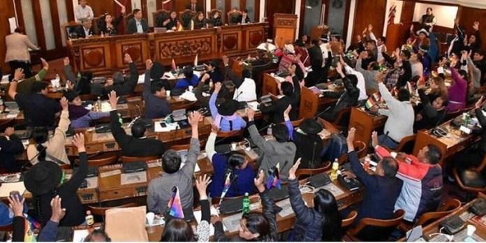 Bolivia, legisladores destituyen a ministro de Defensa