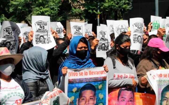 Padres de los 43 normalistas protestan afuera de la SCJN