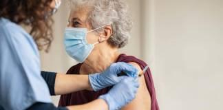En Madrid, adultos mayores hacen fila de hasta una hora para recibir vacuna