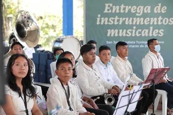 AMLO regala instrumentos a bandas de viento de Oaxaca