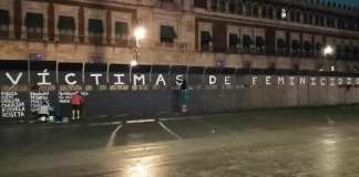 Escriben nombres de víctimas de feminicidio en Palacio Nacional