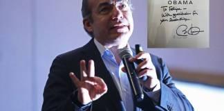 Felipe Calderón presume libro firmado por Barack Obama y en redes lo destruyen