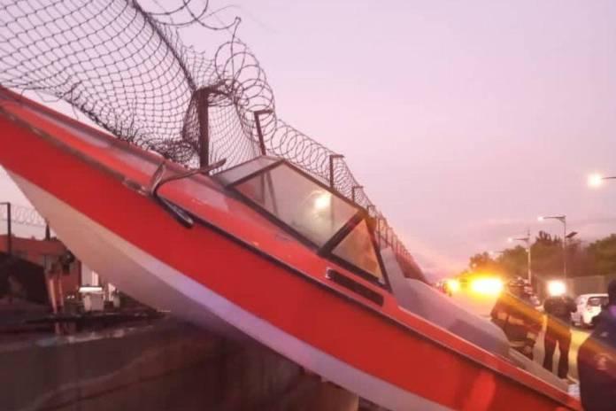 Lancha e impacta en valla de contención del Metro de la CDMX