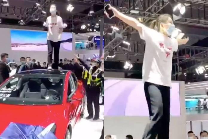 Mujer protesta encima de un Tesla por fallas en los frenos