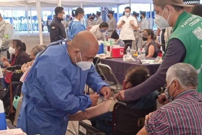 Mujer de 85 años entrega nota de auxilio durante su vacunación en Iztapalapa