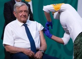 AMLO se vacunó; pide a los adultos mayores inmunizarse sin miedo