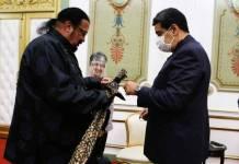 Steven Seagal le regala una espada samurái a Nicolas Maduro