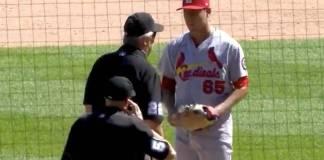 Confiscan gorra del pitcher mexicano Giovany Gallegos por sustancia sospechosa