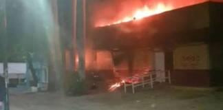 Queman el INE; normalistas atacan sede en Chiapas