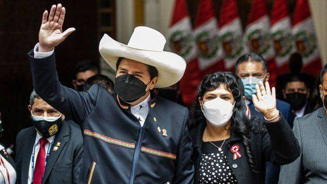 Pedro Castillo juramenta como presidente de Perú y promete acabar con la corrupción