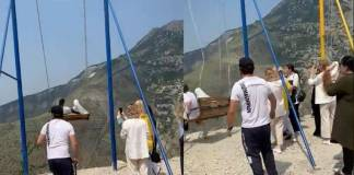 Video: Mujeres caen al barranco tras romperse un columpio