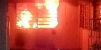 Mujer incendia su casa con su esposo adentro