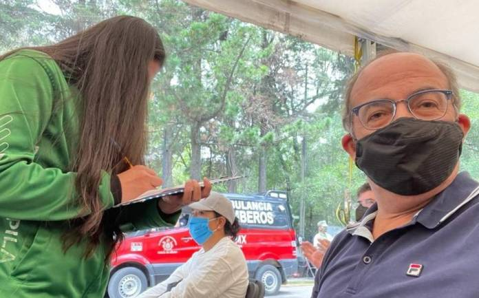 Calderón recibe la segunda dosis de la vacuna contra la Covid-19 y da las gracias