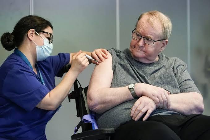 Mujeres de Noruega reportan aumento en el tamaño de pecho tras vacuna antiCovid
