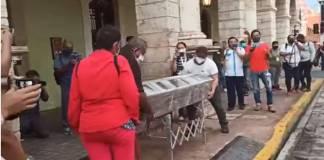 Madre de joven veracruzano llevó féretro al Palacio de Gobierno, exige justicia