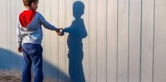 Niño de 7 años vende amigos imaginarios en primaria de Monterrey