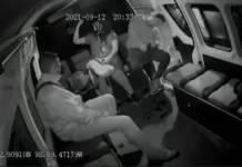 Hombre se queda dormido y se cae de compi cuando abren la puerta