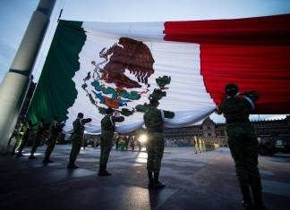 AMLO izó bandera en conmemoración de los sismos de 1985 y 2017