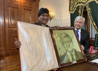 Evo Morales regaló a AMLO retrato hecho de hojas de coca