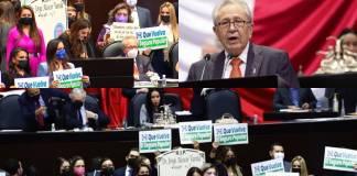 Legisladora panista entregó una lápida al titular de la SSa durante su comparecencia