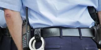 Policía asesina al 'amante' de su esposa tras descubrirlos en su casa