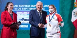 Areli Fuentes agradece al presidente por entregarle un cheque físico y no de cartón