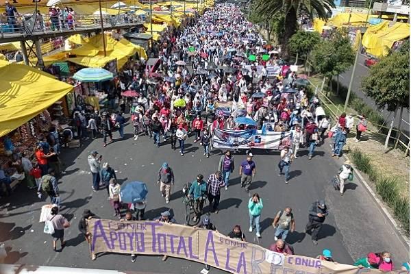 Usuario marchan en favor de reformas de AMLO sobre energía