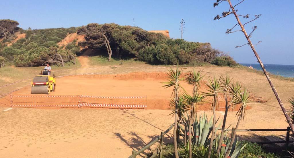 Agressão ambiental na falésia anexa à Praia dos Tomates