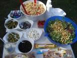 Ein Dutzend Schälchen Salatbeilagen