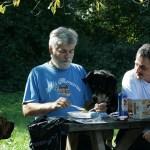 Hund Nero guckt beim Essen zu