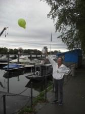 Helium Ballon mit Postkarte beim Start