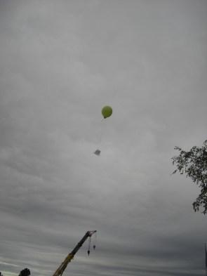 Ballon mit Postkarte im Steigflug