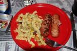 rotel Teller mit Nudelsalat und 2 Klöpfer
