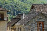 Natursteindächer und Wände aus Gneisplatten