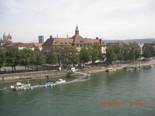 Dreirosensteiger und Steg der Uelifähre. Sicht von der Dreirosenbrücke.