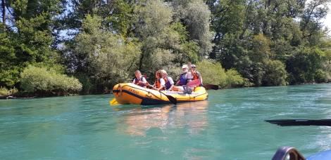 5-er Crew im Schlauchboot auf der Aare