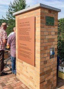 Gedenktafel zu Ehren Walter Richters mit E-Bike Ladestation