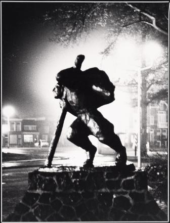 Het standbeeld van Van der Mey in 1983. Vervaardiger: Stamkot. Licentie: CC-BY. Collectie Regionaal Archief Alkmaar