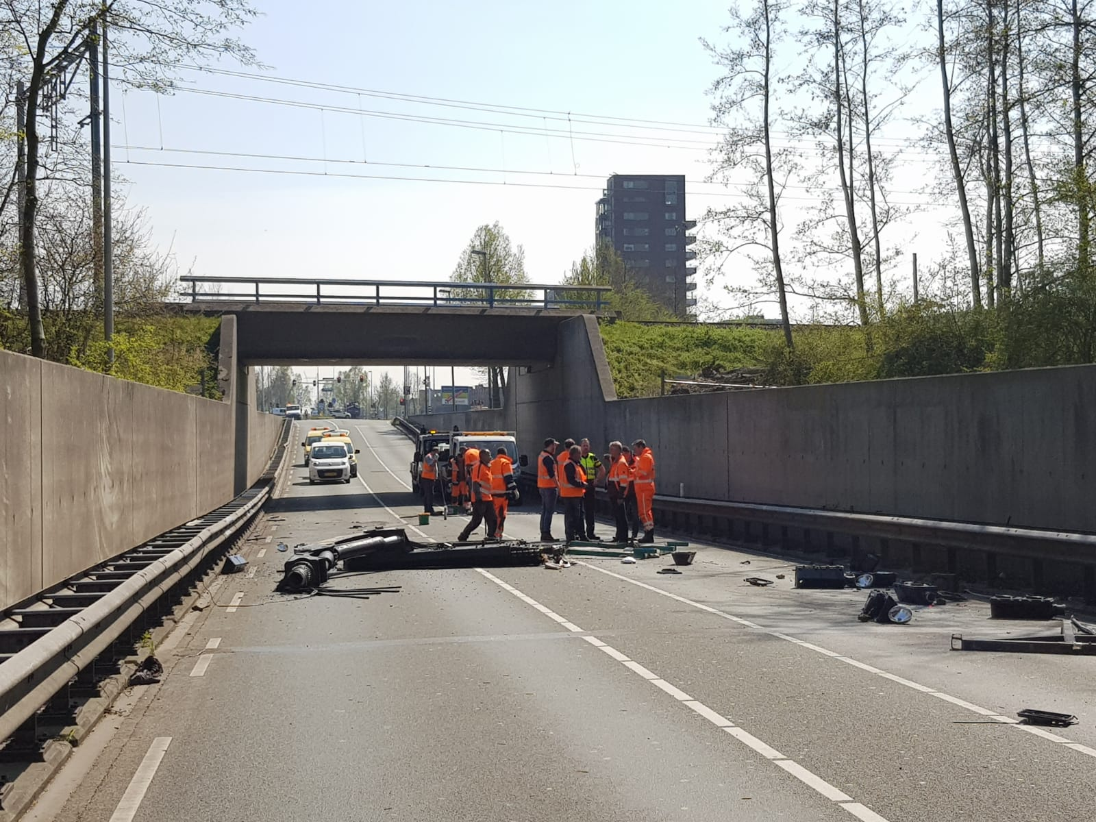 Vrachtwagen ramt spoorwegtunnel, Laan der Continenten afgesloten