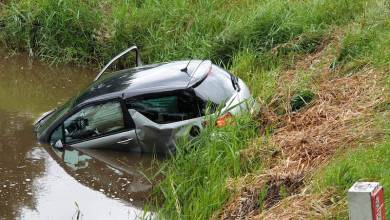 Photo of Auto te water na botsing in Middenbeemster