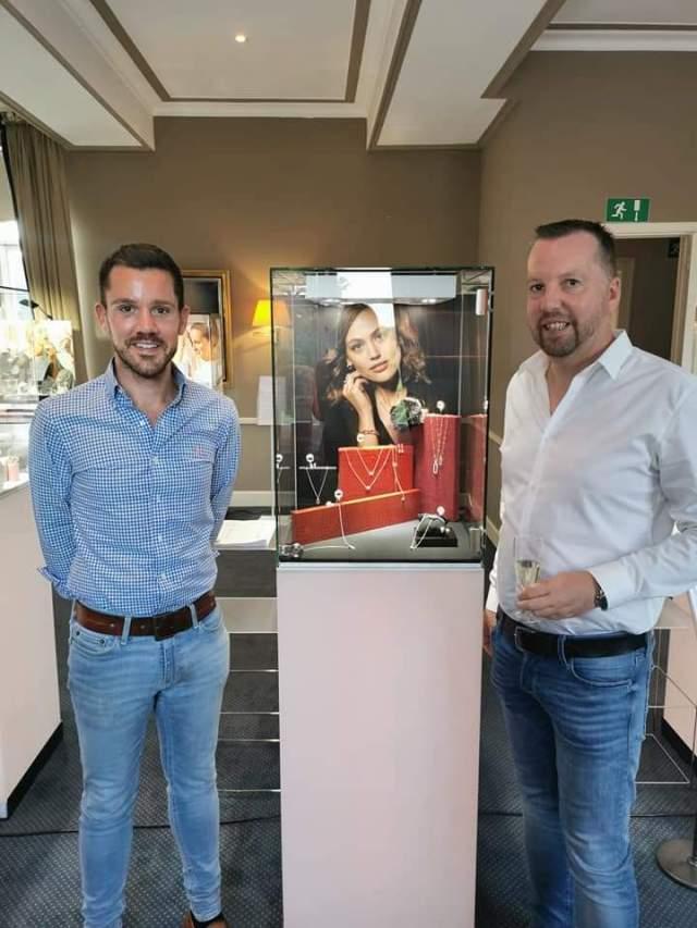 Wim Ruelens (r) en opvolger Thijs Van Goidsenhoven terwijl ze de nieuwste gouden juwelen voor 2021 kiezen